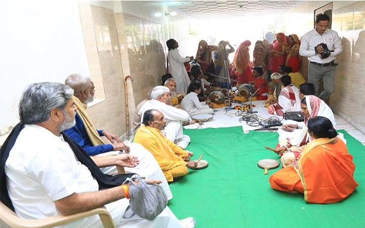 नववर्ष स्पेशल वर्ल्ड संकीर्तन टूर ट्रस्ट क़े चेयरमैन देवी चित्रलेखाजी के पिताजी श्री टीकाराम शर्मा (स्वामीजी) की अध्यक्षता वाली २० रसिक जनों की अखंड श्री हरेनाम संकीर्तन टोली अंग्रेजी नववर्ष के शुभवसर पर हरियाणा के बल्लभगढ़ पहुंची